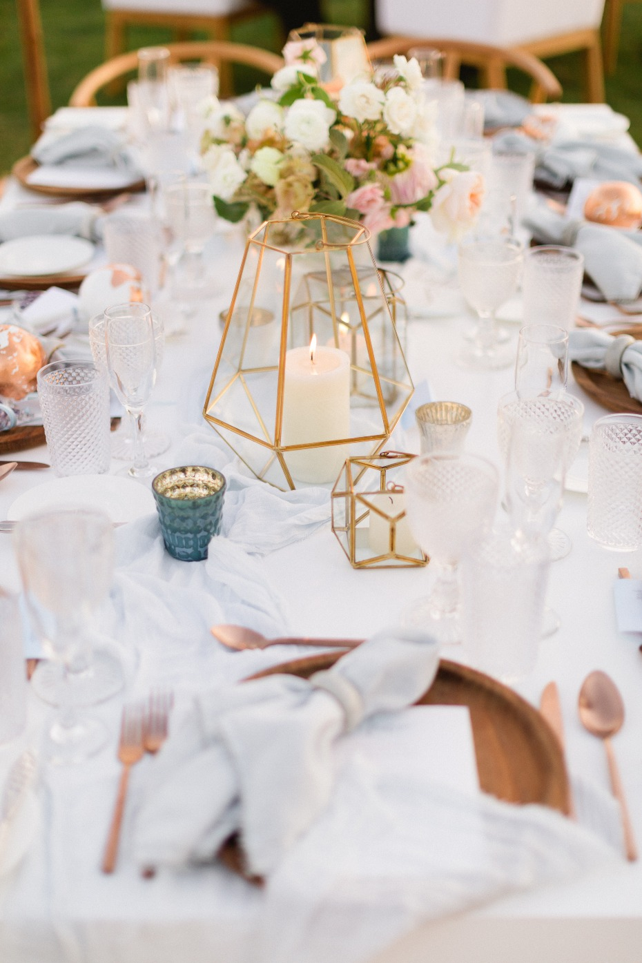 Chic table decor with gold glass lanterns