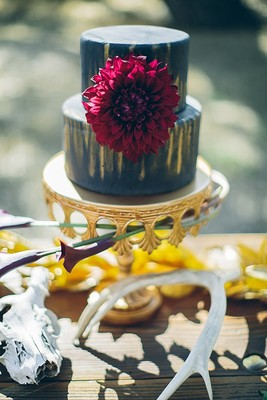 Opulent Ways To Display Cake