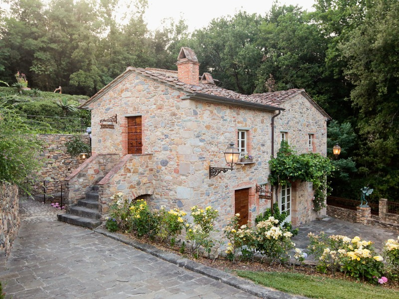 Our 5 apartments at Valle di Badia respect the traditional Tuscan style. Here we have one of our renovated apartments, a truly enchanting