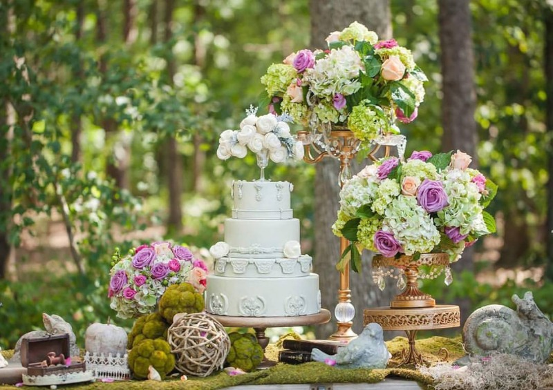 L🌸VE the florals on gold chandelier cake stands created by Opulent Treasures in this whimsical wedding in an 🍃enchanted forest