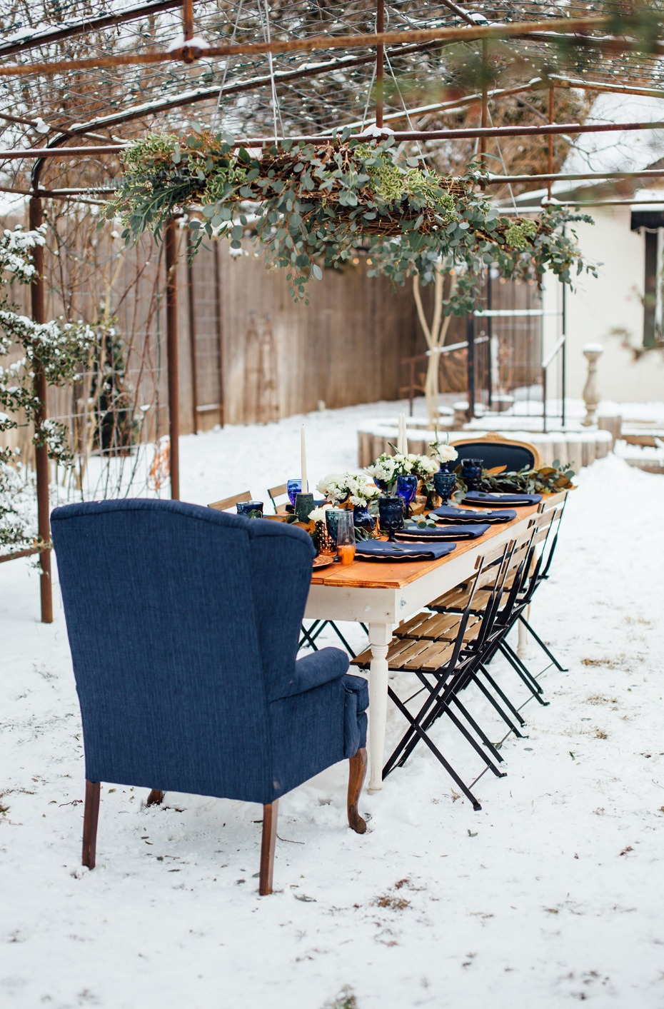 Pretty outdoor table in blue and gold