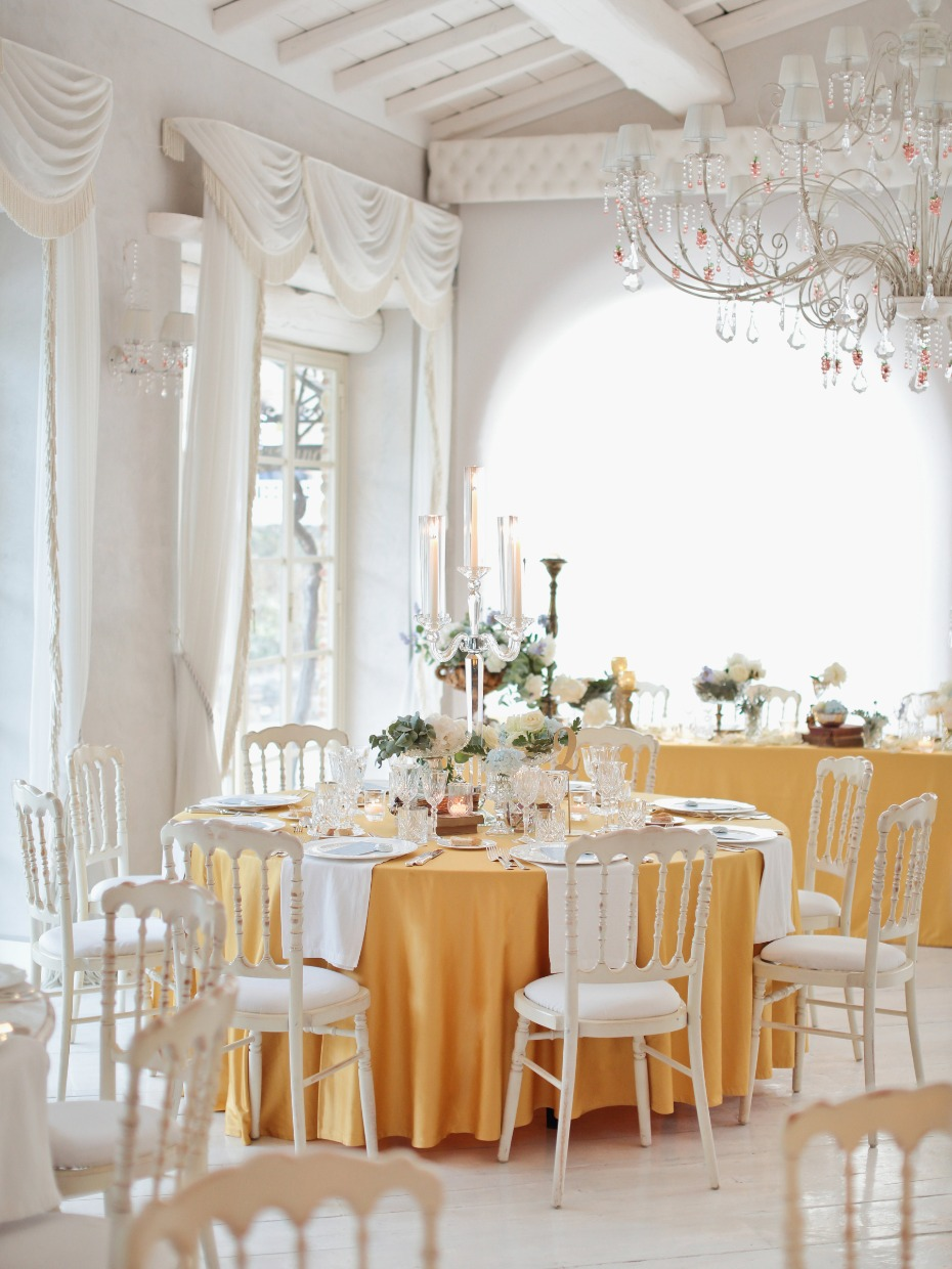 Love the yellow table cloths!