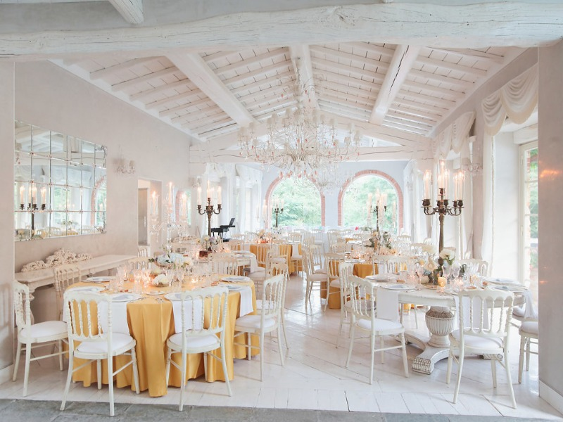 A glamorous white and gold dining room for the reception at Valle di Badia. We love this rustic wedding theme with a contemporary touch