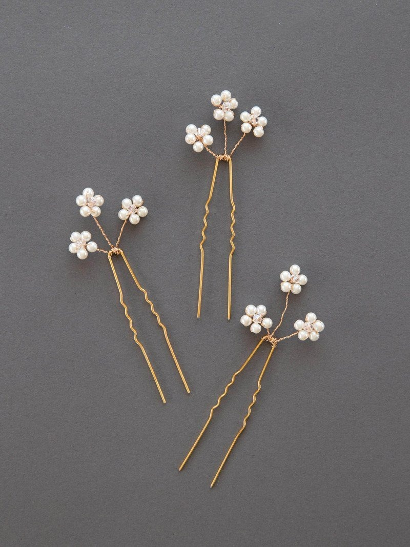 A close up of the daisy hairpin.
