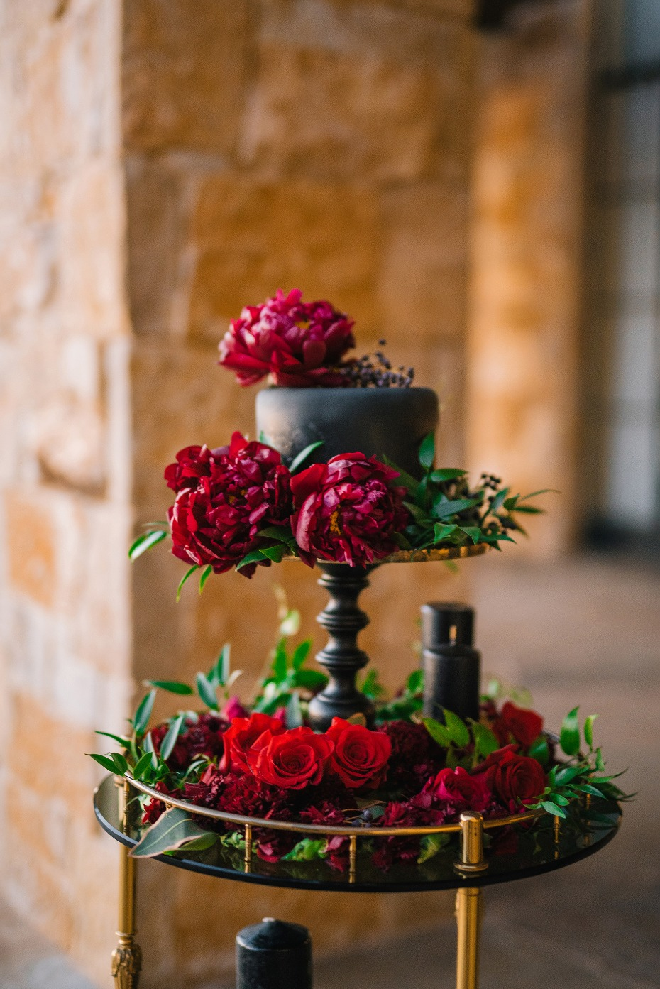 Elopement cake with red flowers