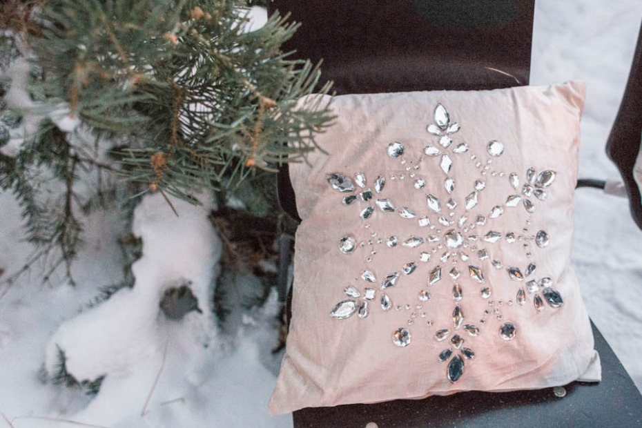 glam snowflake throw pillows for the sweetheart table