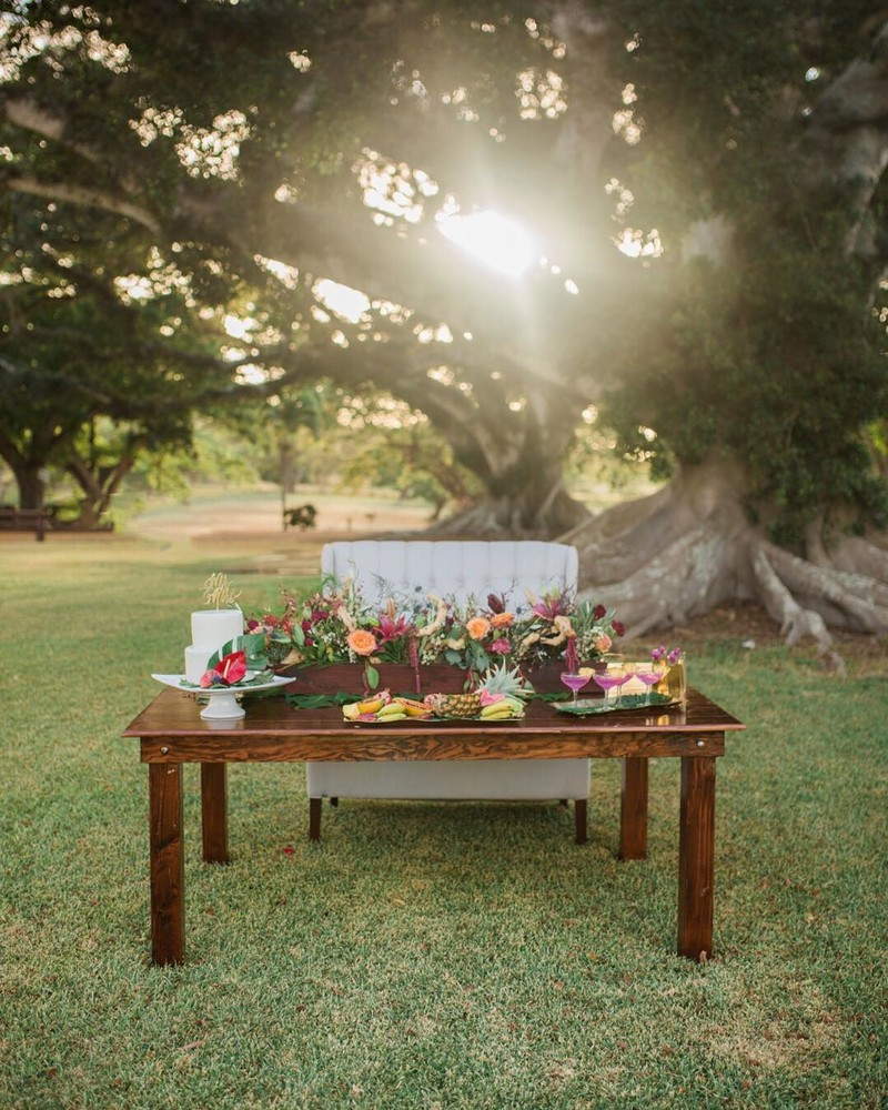 This gorgeous setup gives me all of the tropical feels one should feel when they come and get married in Hawaii!!