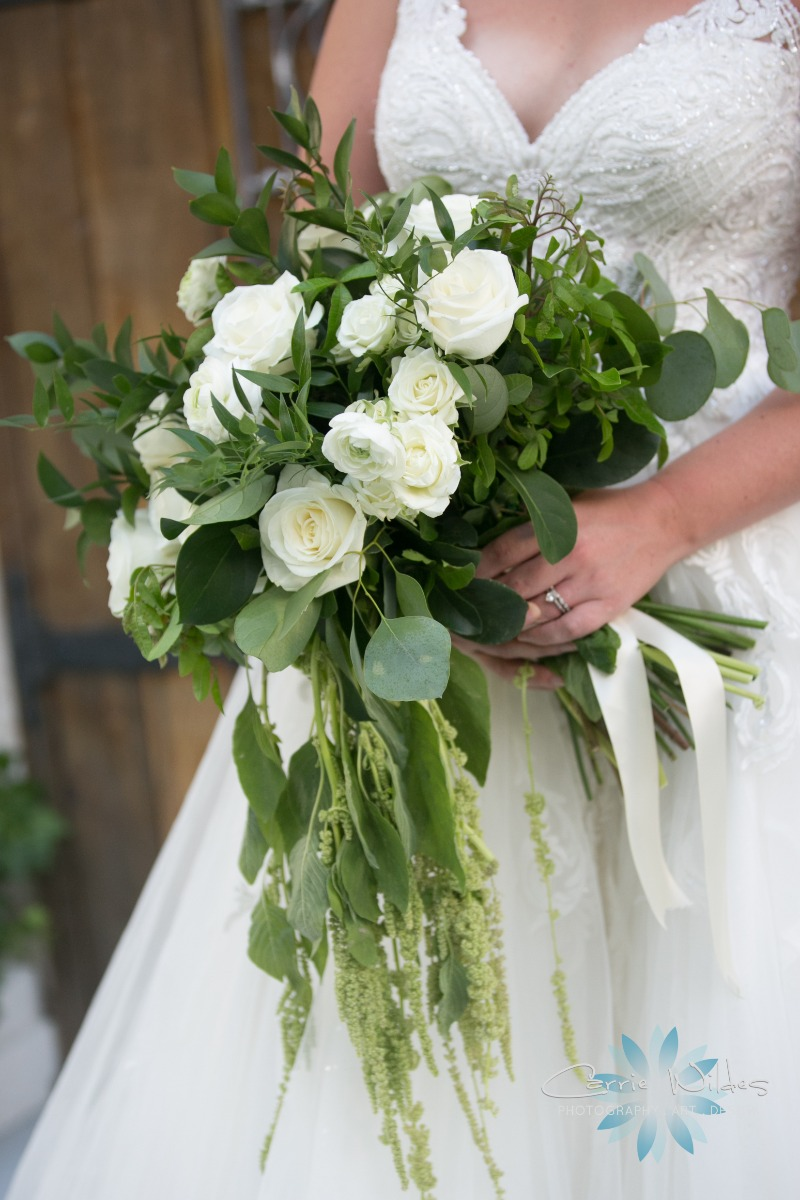 Romantic green and white Bridal #bouquet just gorgeousness ! ⠀