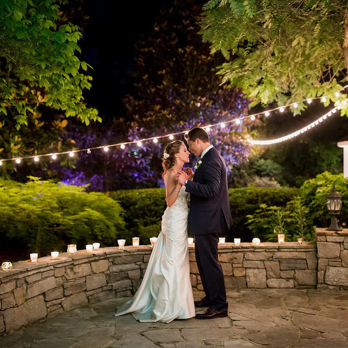 Chic garden romance captured so beautifully by @johnmyersphotography