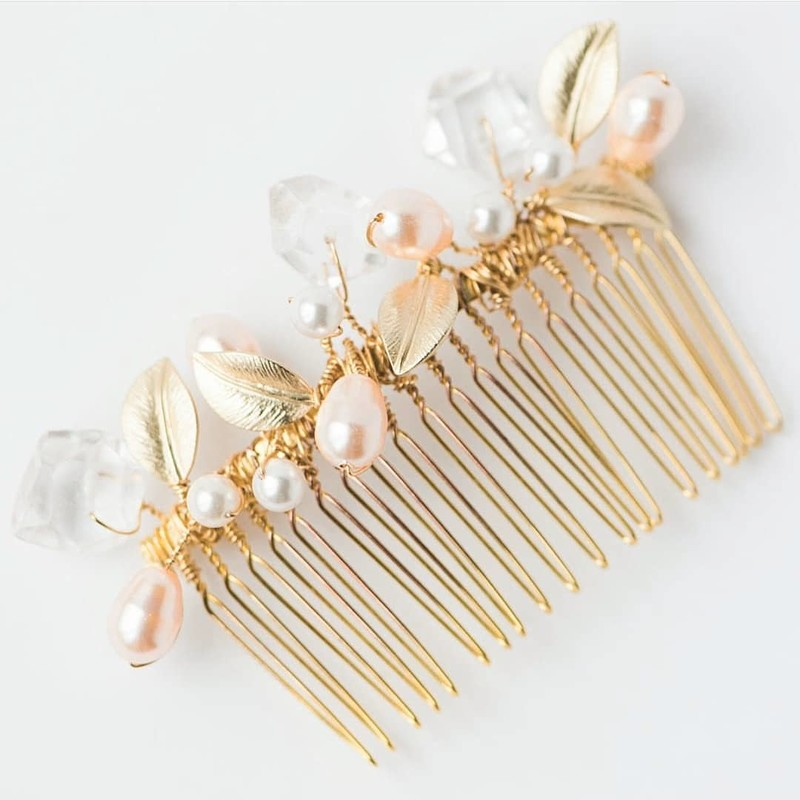 Romantic colors + modern geometry 💕 They're two of my favorite design elements to combine. This is one my first bridal combs and
