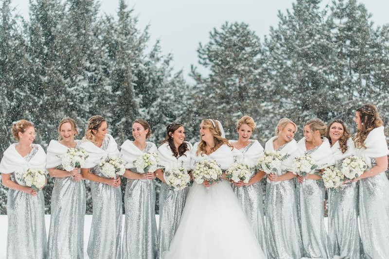 As the weather starts growing warmer (finally🙌), we can't help but admire one of our favorite winter weddings.❄️