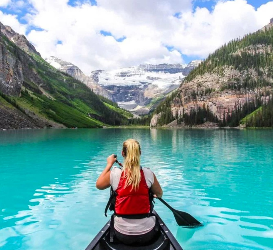 Canoe in Banff l on Lake Louise