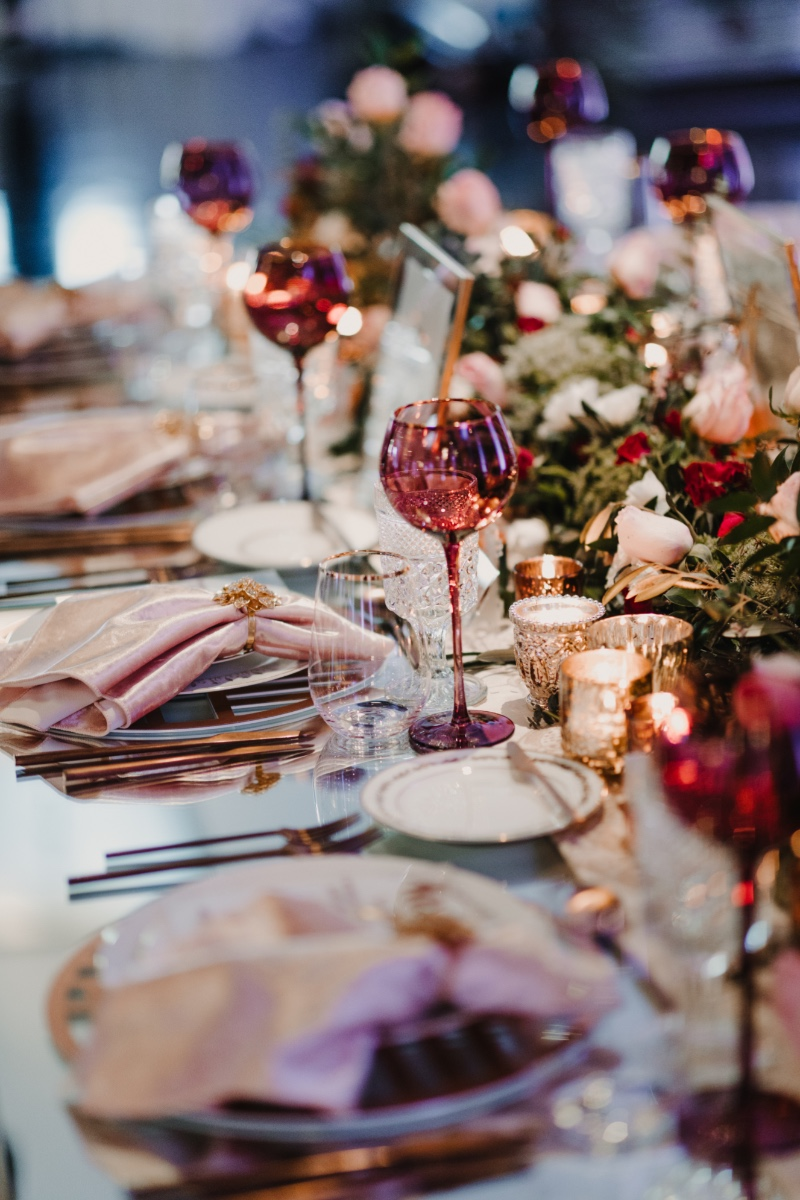 Inspiration for a Vintage Glam wedding with the use of blush, bordeaux, rose gold/copper, or gold tones to give it a very warm and