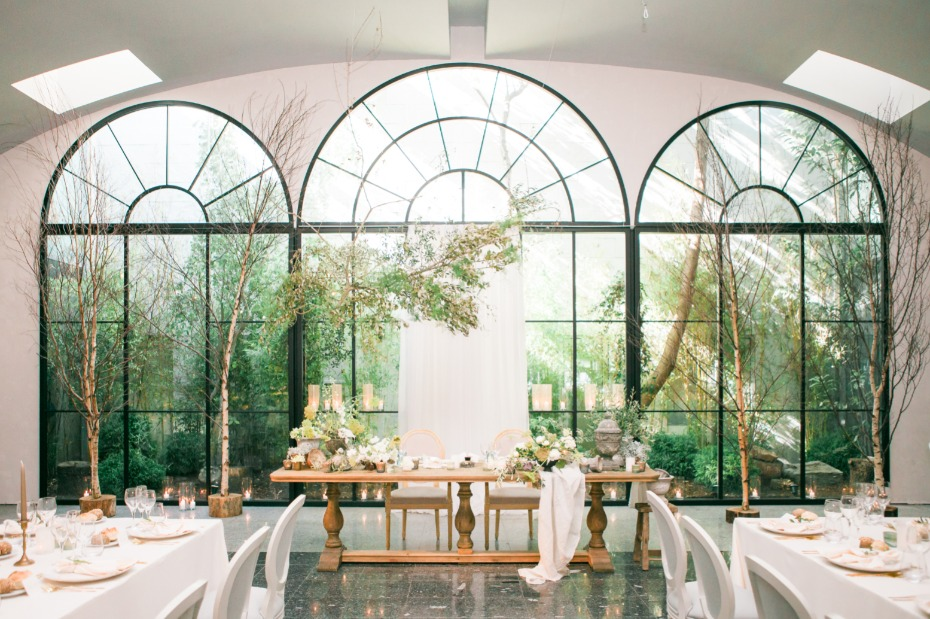 Clean and modern reception at Aqueduto Eventos