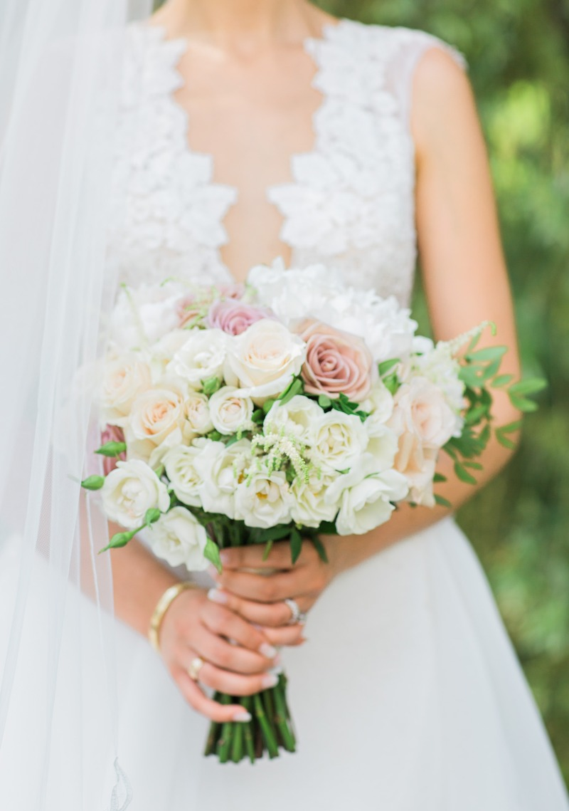 The most beautiful dusty-pink chic wedding bouquet. And that dress from Ines Di Santo is sure to turn some eyes.
