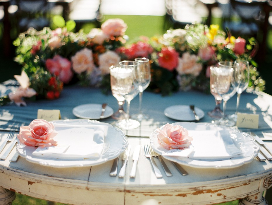 sweetheart table with beautiful rose theme