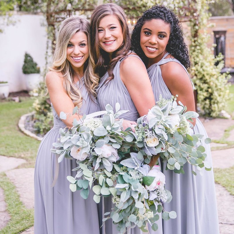 Pretty platinum greys paired with perfect pops of greenery.🍃