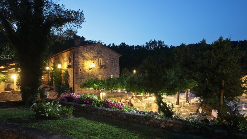 Valle di Badia in it's delight at dusk. Lanterns shining, highlighting the hamlet's true Tuscan style 💛 #valledibadia #dreamweddingvenue