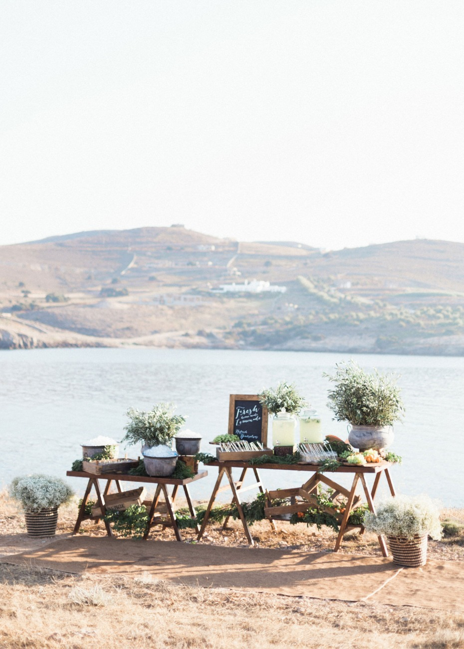 Fresh lemonade bar for the ceremony