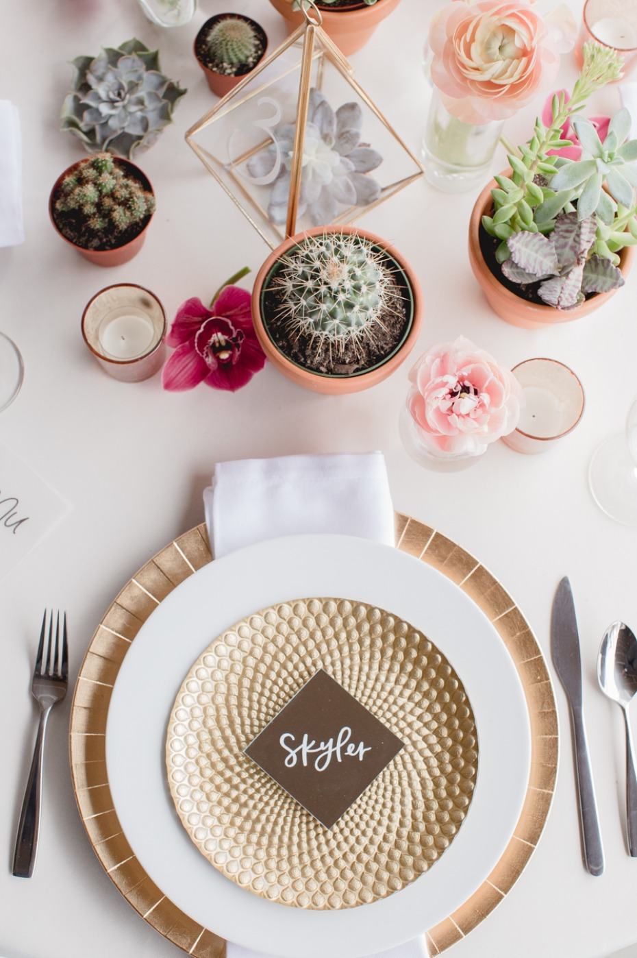gold and white modern wedding table decor