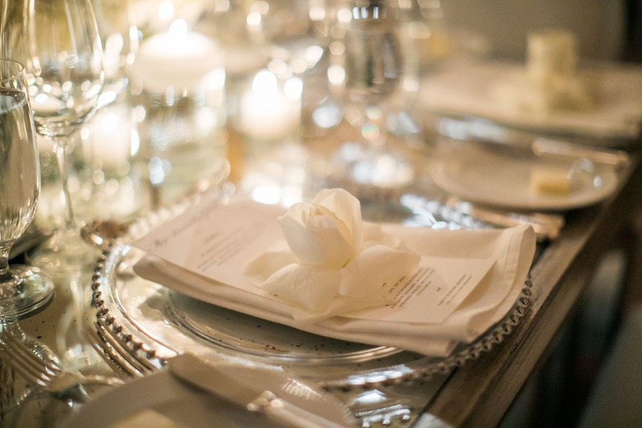 white rose glamorous wedding place setting