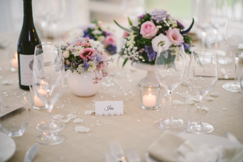 Small spring bouquets, tealights and delicate petals arranged with elegance ... Isn't this decoration just lovely?
