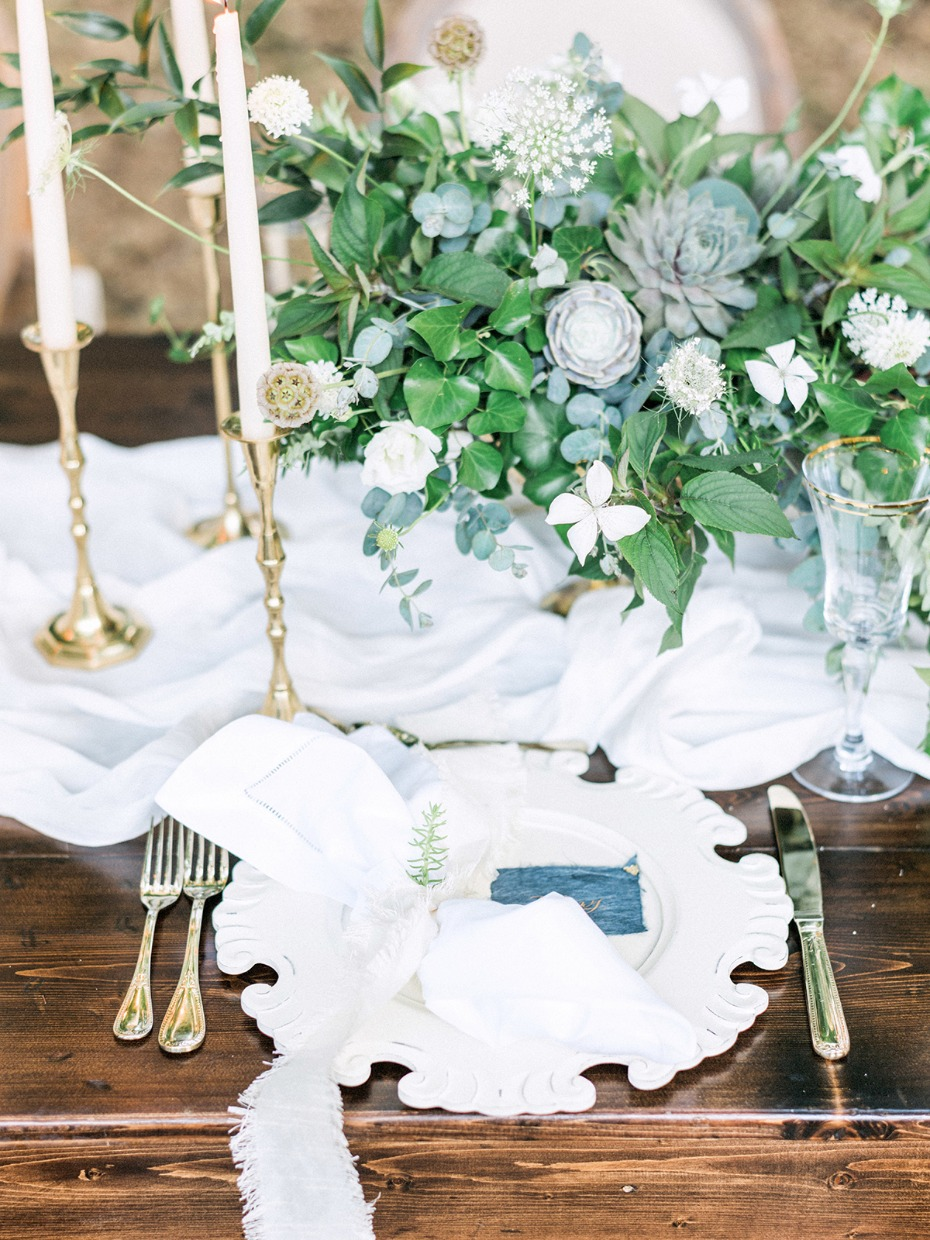 white blue and gold wedding table decor idea