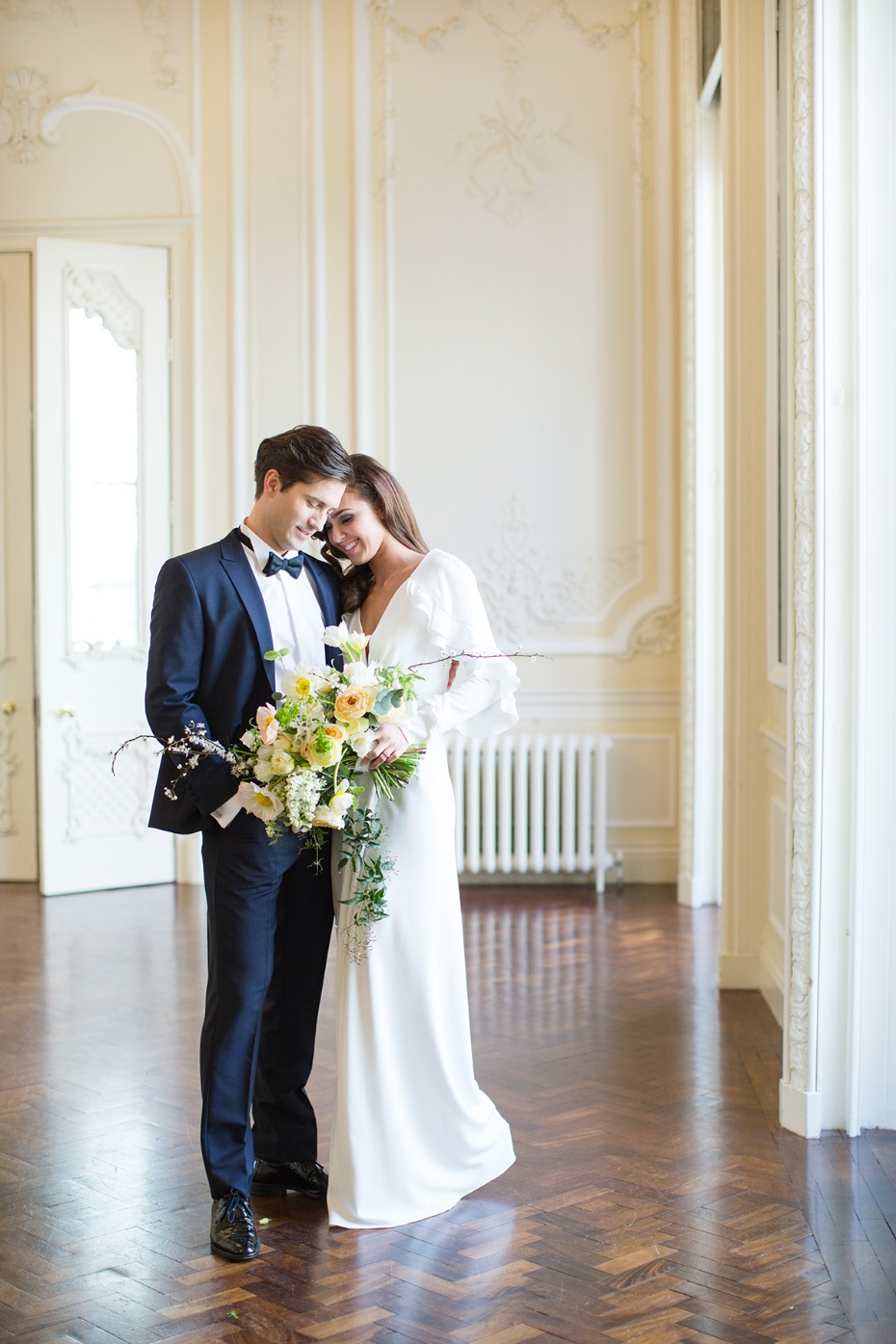 romantic and classic bride and groom wedding photo idea
