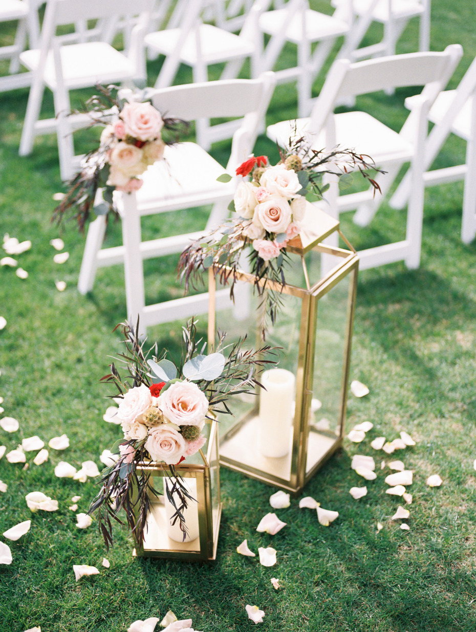 Lanterns and florals ceremony decor