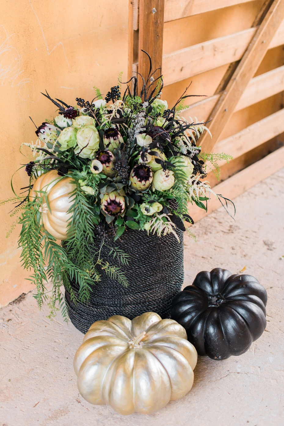 Black and gold decor ideas for a fall wedding