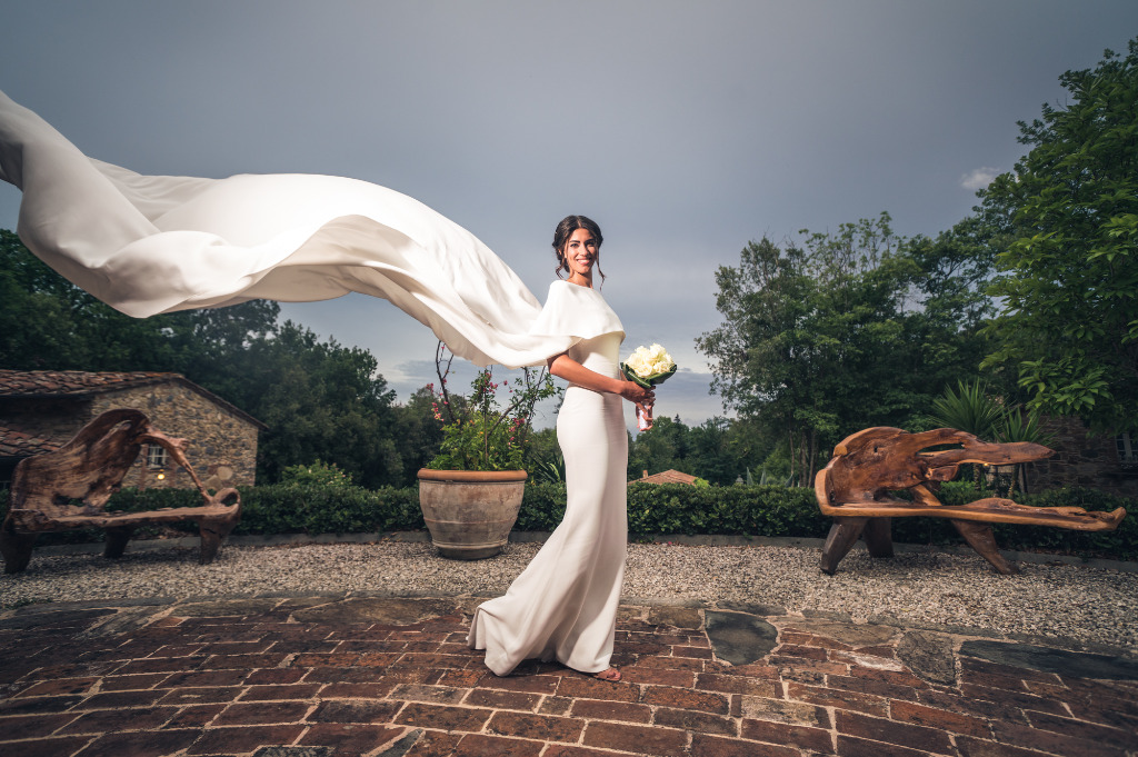 Perfection in one shot: the rusticity of our farmyard enhances the minimal-chic look of this wonderful bride…and the wind delivered