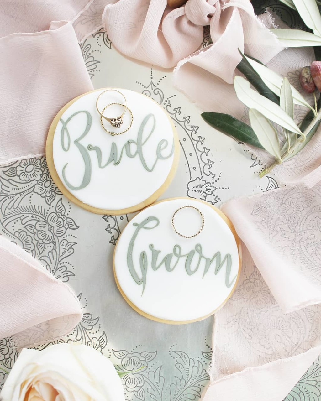▪Take a treat love is sweet, can you see it? Hand painted wedding cookies for a lovely couple can make the difference on their special