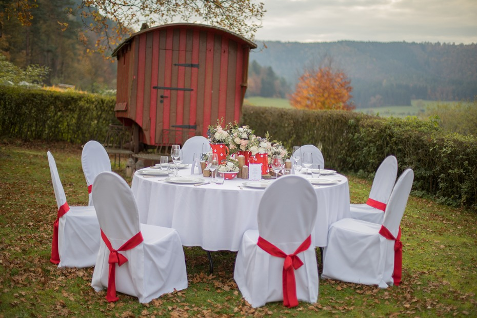 red and white rustic wedding idea