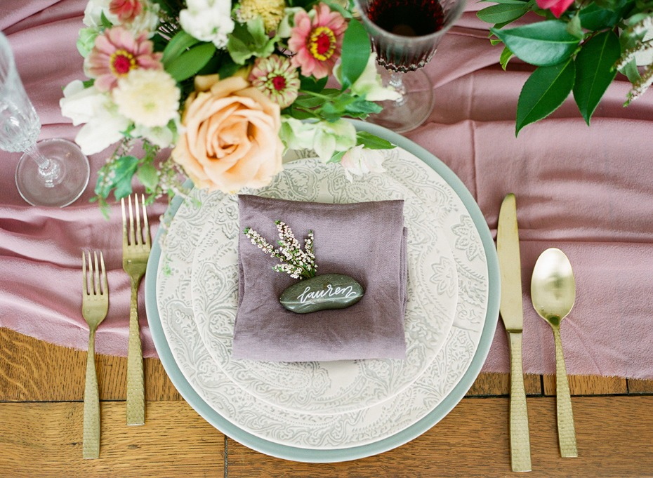 soft purple and gold wedding table decor