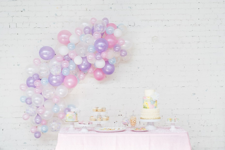 pastel balloon backdrop for your cake
