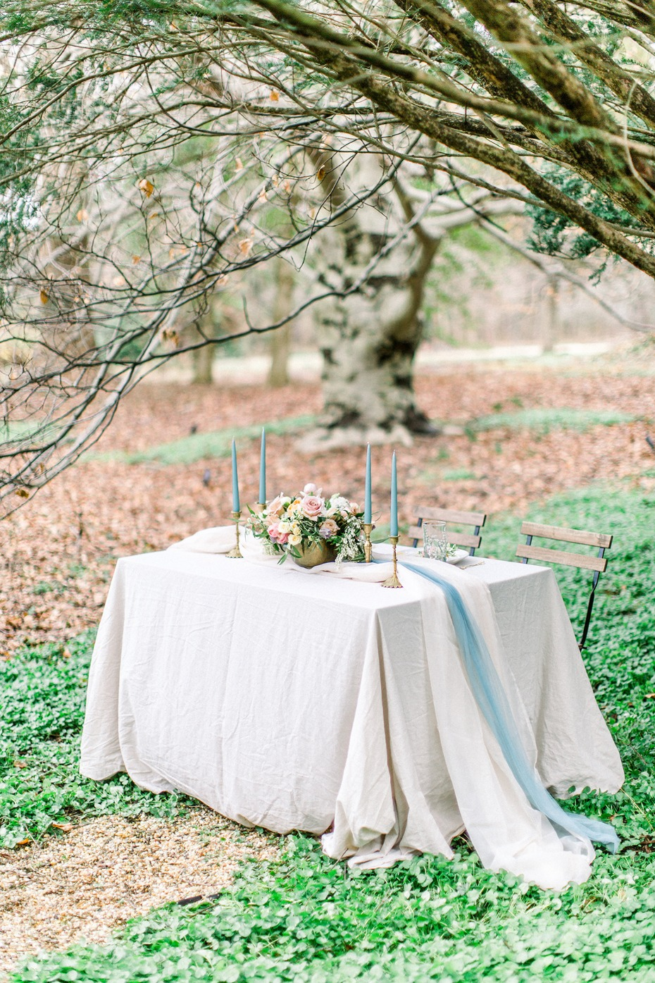 Blue and white sweetheart table