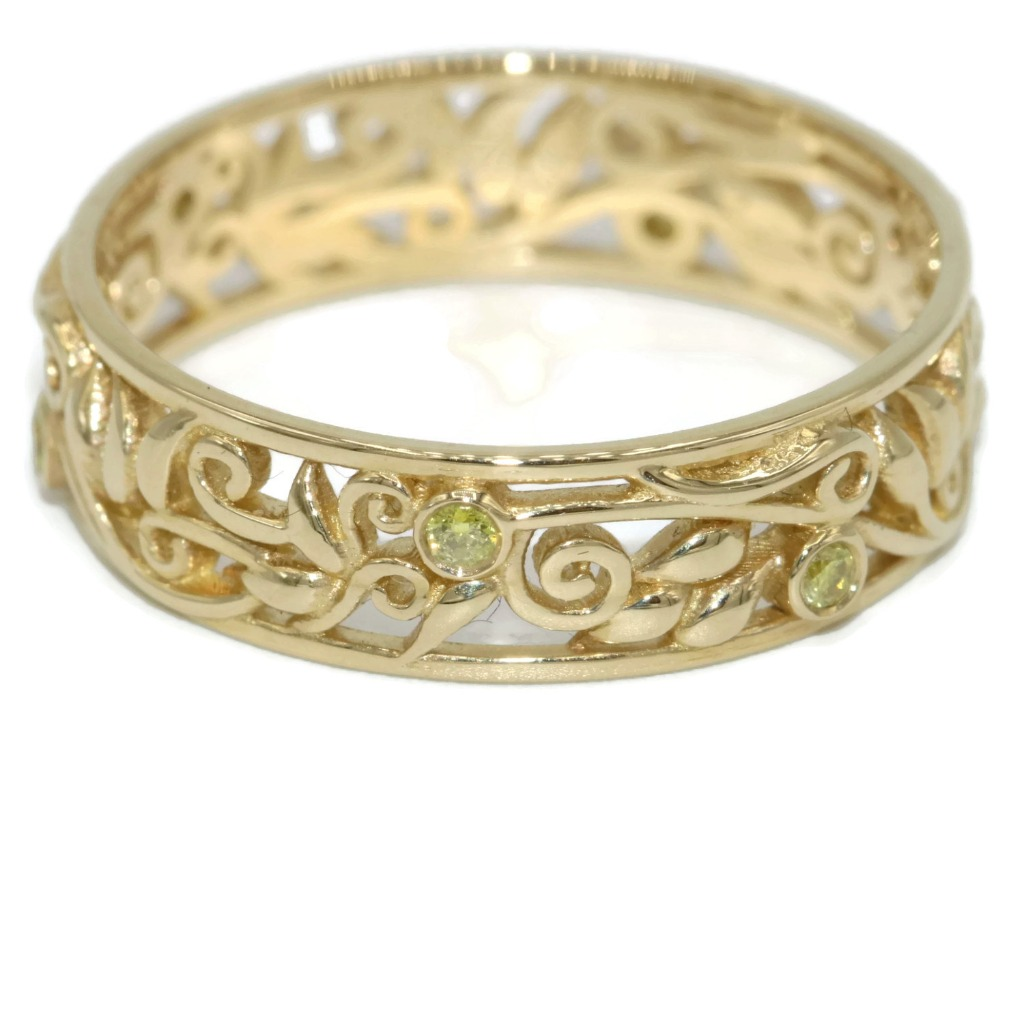 So chic yet so simple. Pure yellow diamonds in yellow gold.