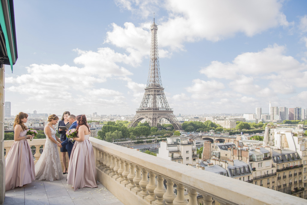 Mery & Juan celebrated their 25th wedding anniversary in Paris. The location for their vow renewal ceremony was overlooking the