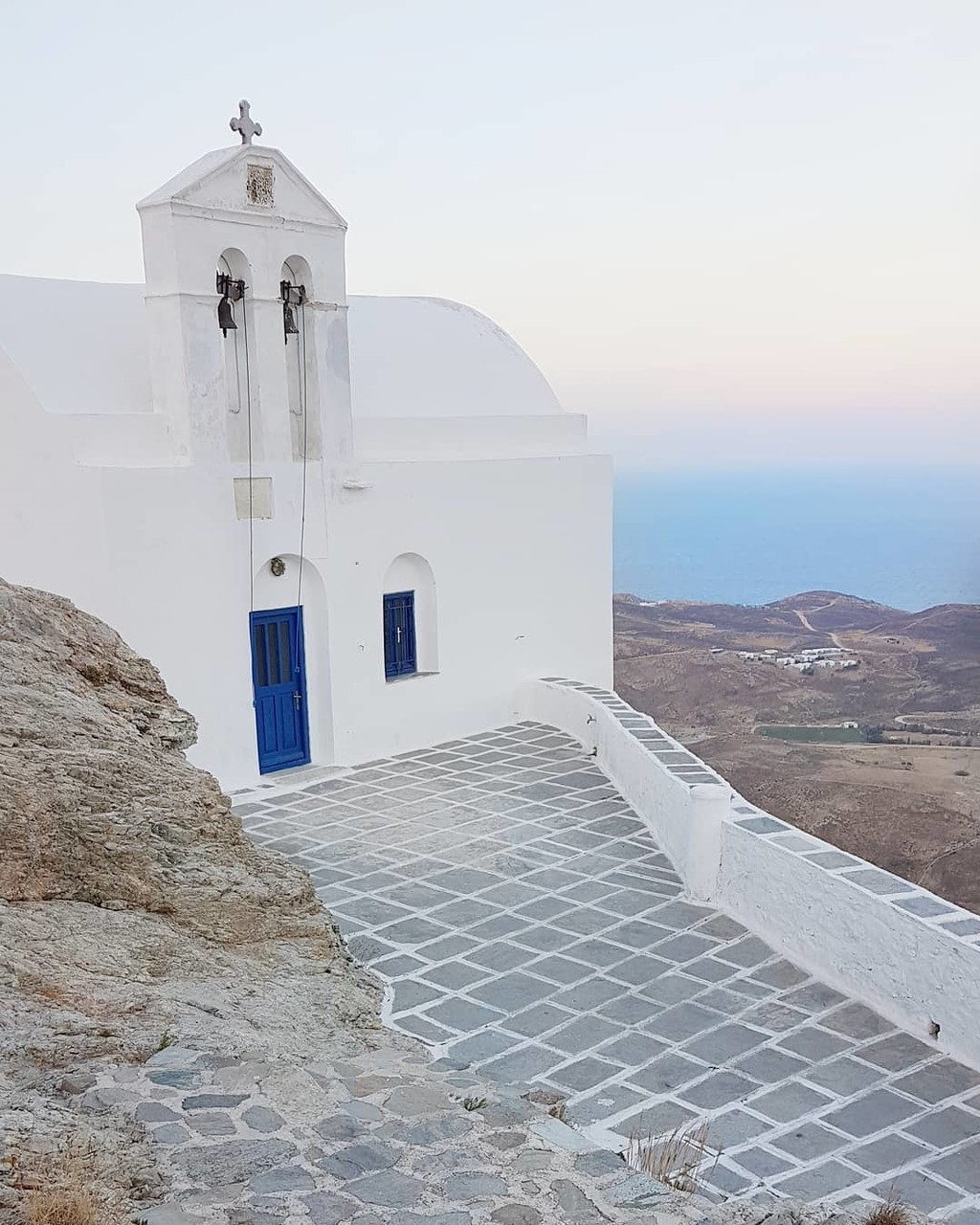 ▪Blue sky, white church! Isn't this the perfect combination for your destination