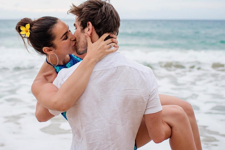 Jared Haibon proposing to Ashley Iaconetti on the beach