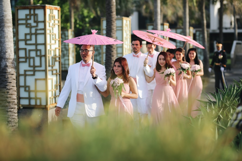 You are dreaming for a summer beach wedding but afriad it might be too hot? We solved this problem in style with pink Japanese style
