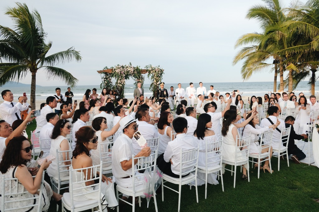 All-white beach wedding in Da Nang, Vietnam. Does this look like your dream wedding? Book a free consultation with Bouquet & Buttonhole