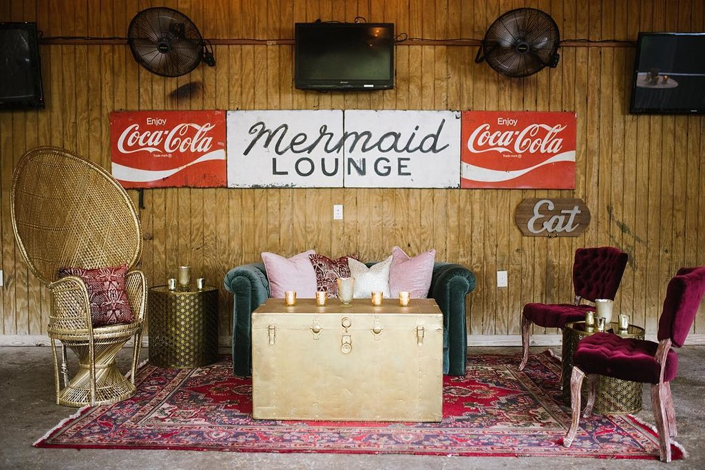Calling all mermaids! 🧜🏻♀️ This lounge space was the perfect addition to this fun New Orleans wedding! Rental love: Martha