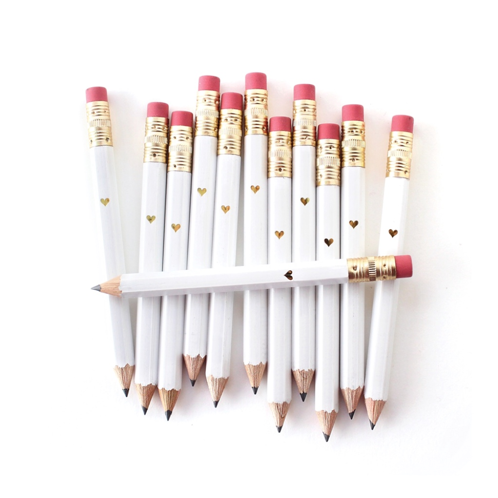 Loving 🖤 this set of 12 mini pencils with the sparkly gold heart. Perfect for your upcoming bridal shower or wedding planning adventures