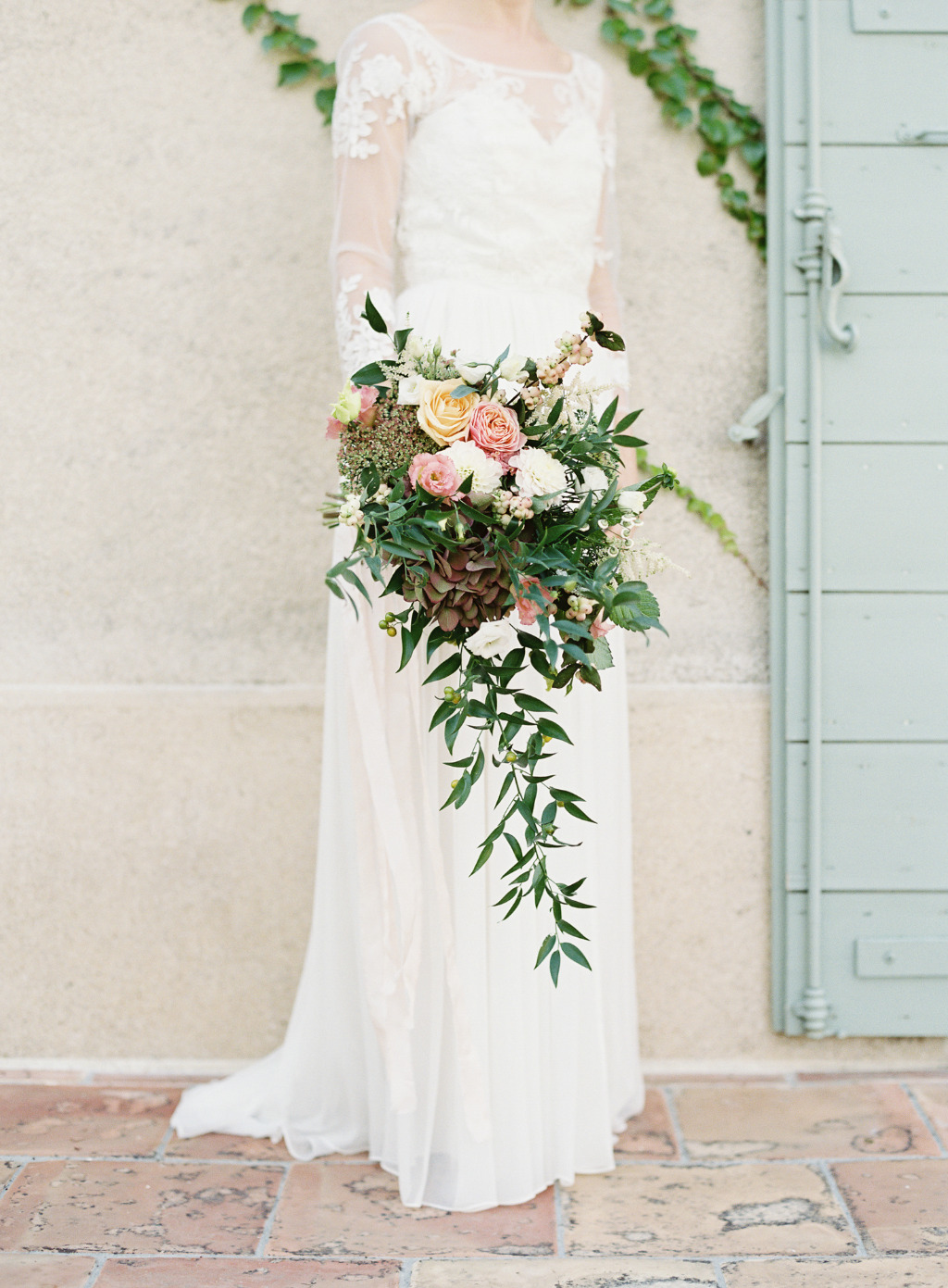 Jenny's delicate and wild bouquet for her wedding in a stunning french château