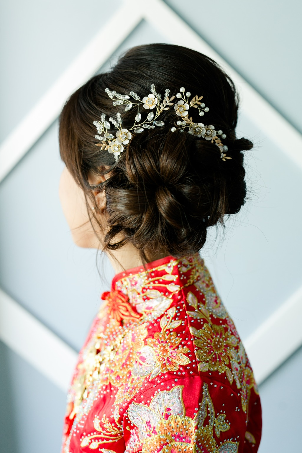 Our bride looked beautiful in her traditional Chinese wedding cheongsam, which brought in a touch of her heritage to the tea ceremony