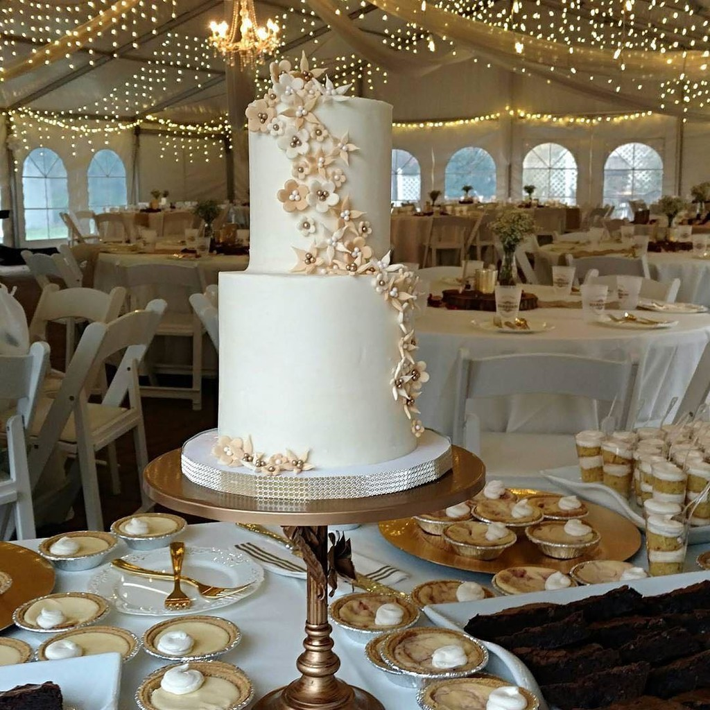 Stunning Wedding Cake by @kadibakes on our Simply Cake Cake in Gold