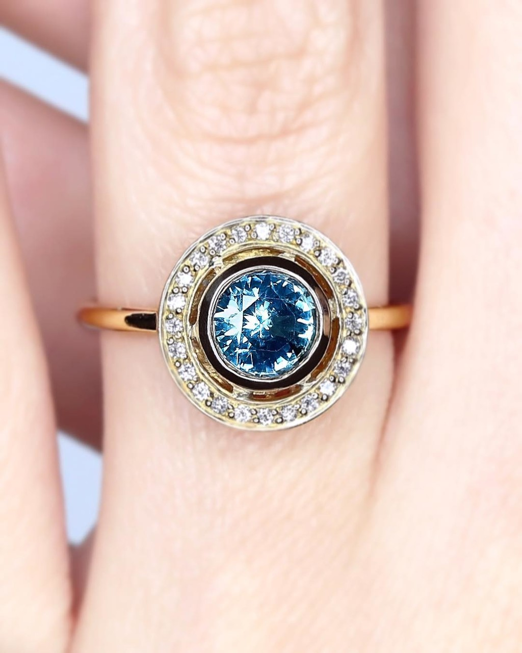 💫💙🌞 Don't you just love the combo of rich recycled gold and this stunning Montana Sapphire?