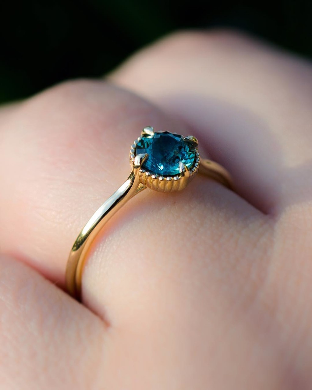 🌟💙🌞 Starting the week Fresh with this scintillating one-of-a-kind American Cut and Mined, Teal Montana Sapphire! Set lovingly