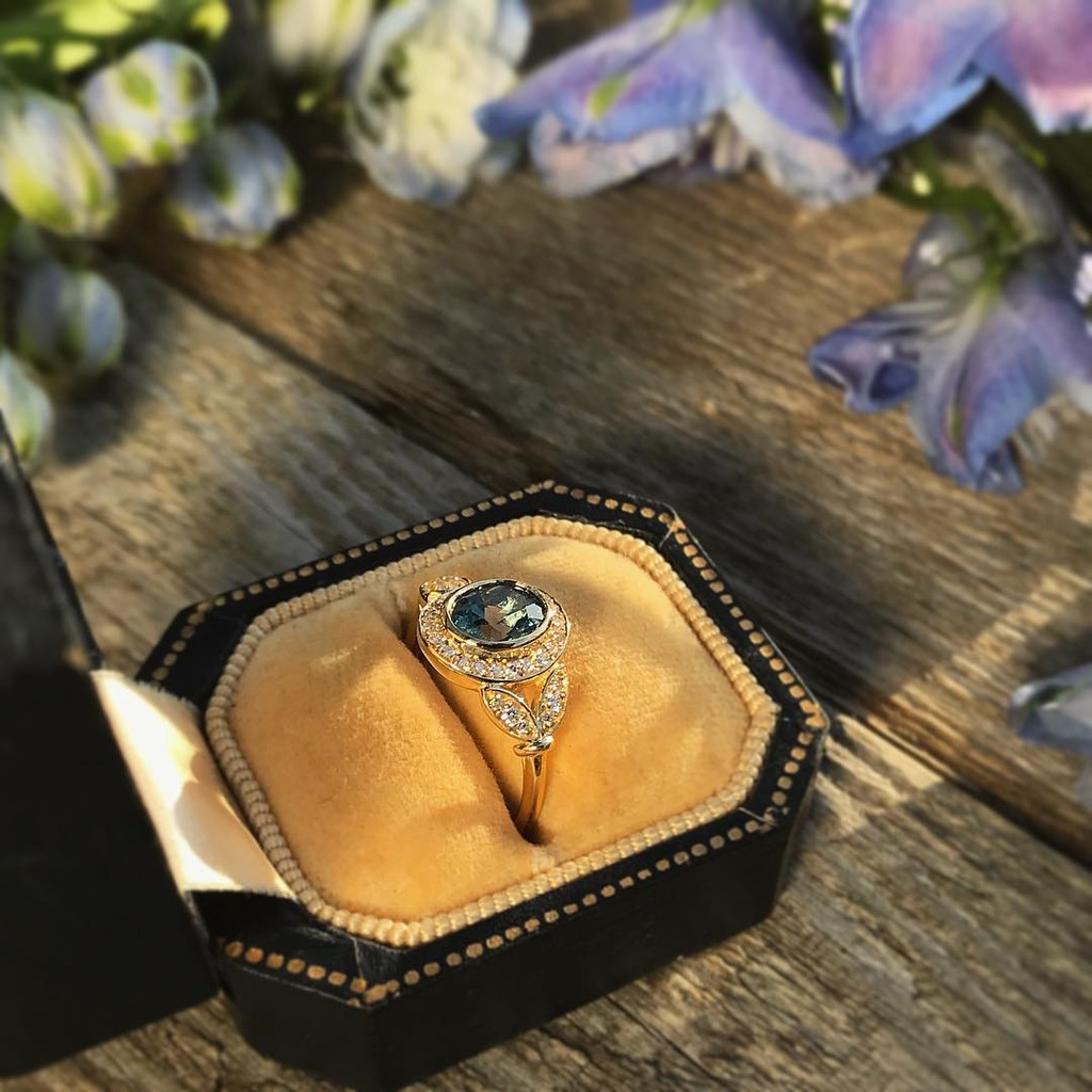 🌸💫✨ Taking another look at our Lunette Montana Sapphire Diamond Frame Ring ☺️💫✨